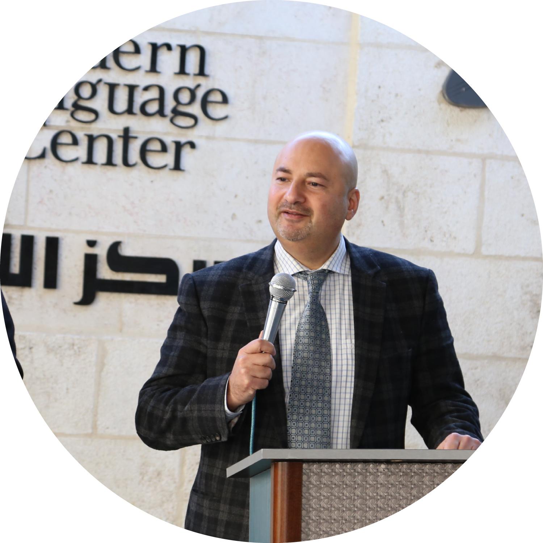 مدير مركز اللغات اللحديث فارس عوض